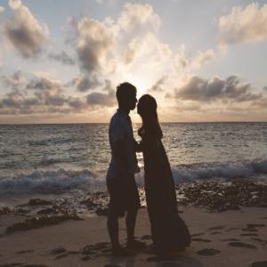 海辺でキス