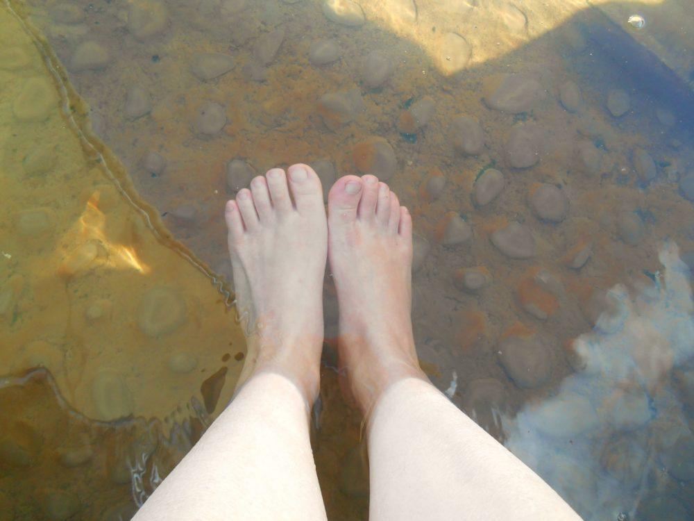 足湯と女性の足