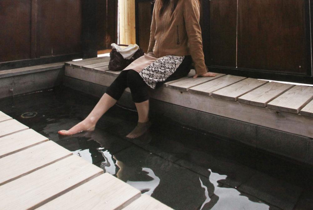 足湯と女性
