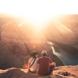 旅行先で見つめ合うカップル