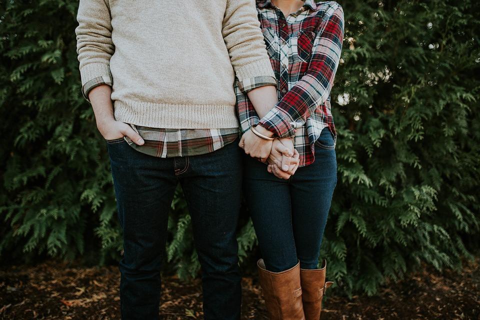 デートは手を繋ぐ派・腕を組む派どっちが好き?男性の気持ちは