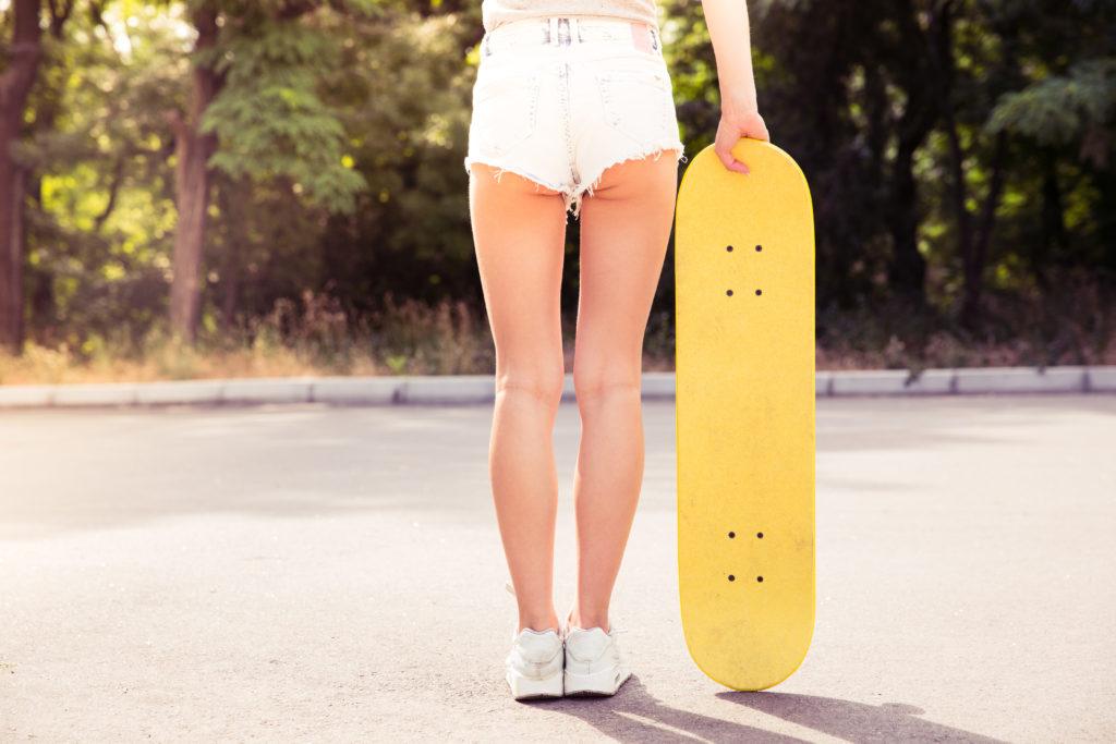 スケートボードを持つ女性