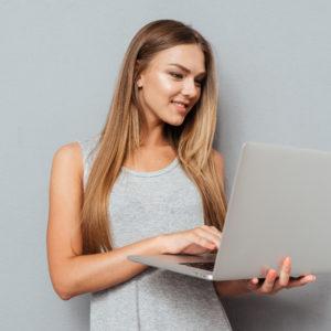 パソコンを持った女性