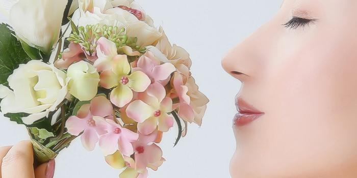 女性の横顔とブーケ